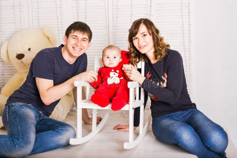 Ouders en pasgeboren baby De liefdeconcept van de familie stock fotografie