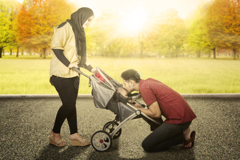 Ouders met baby in het de herfstpark stock afbeeldingen