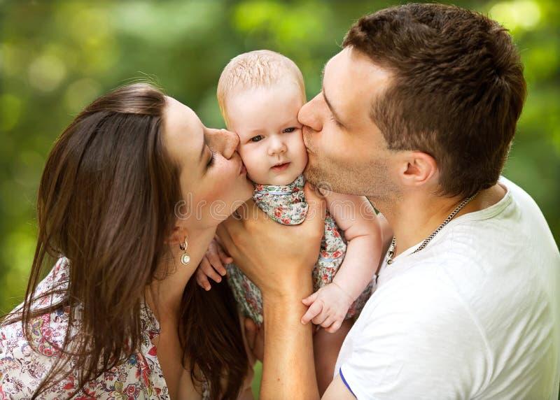 Ouders met baby in park stock afbeelding