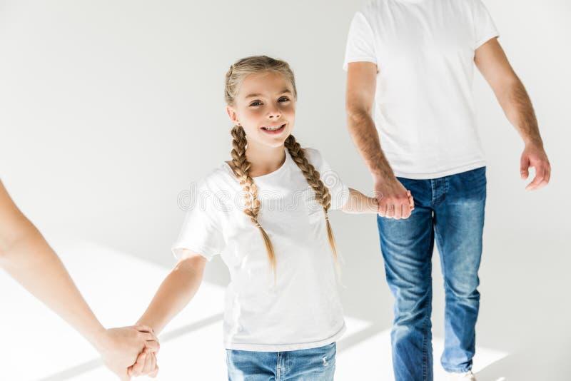 Ouders met de handen van de dochterholding stock fotografie