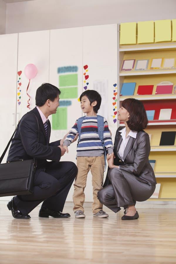 Ouders met hun Zoon in Klaslokaal royalty-vrije stock afbeelding