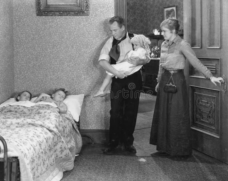 Ouders met kinderen bij bedtijd (Alle afgeschilderde personen leven niet langer en geen landgoed bestaat Leveranciersgaranties di royalty-vrije stock foto's