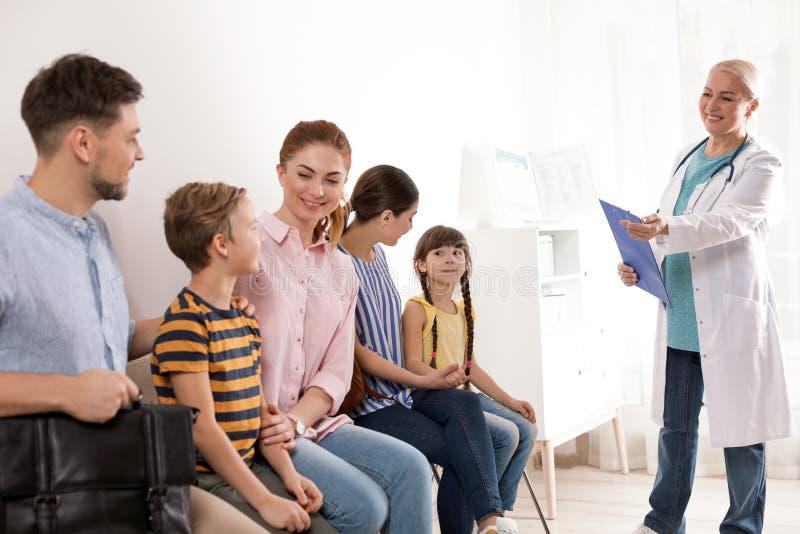 Ouders met kinderen die hun draai wachten Bezoekende arts royalty-vrije stock fotografie