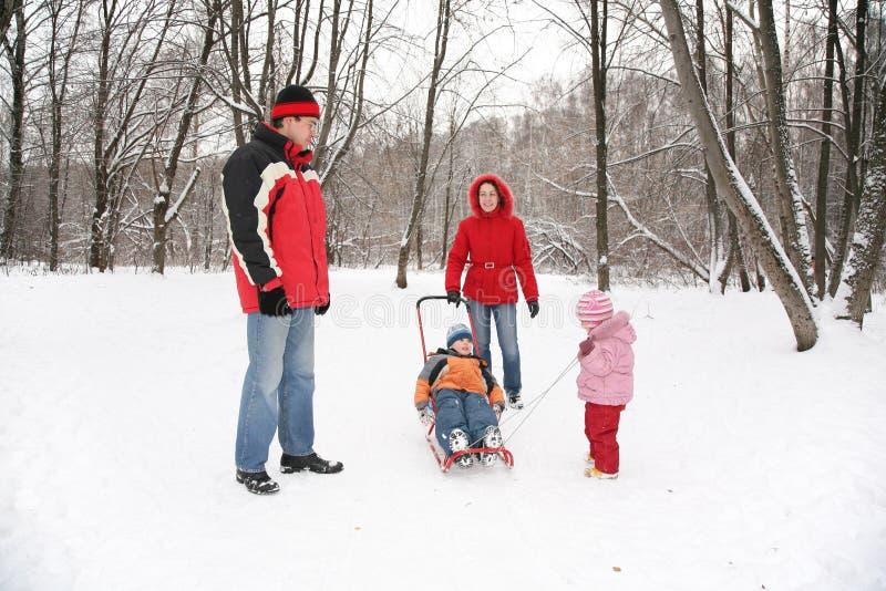 Ouders met kinderengang in het park stock afbeeldingen