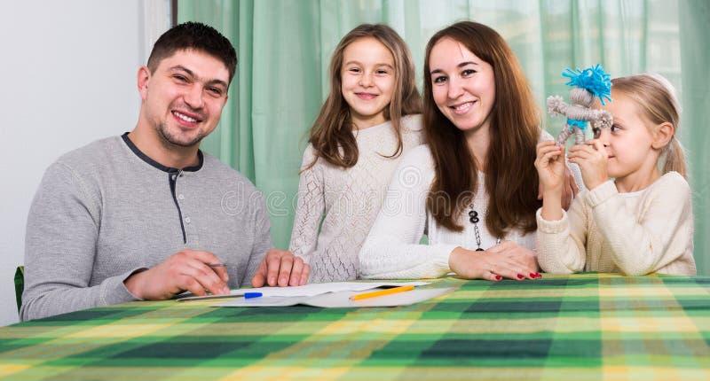 Ouders met kleine kinderen die verzekering en het glimlachen kopen stock fotografie