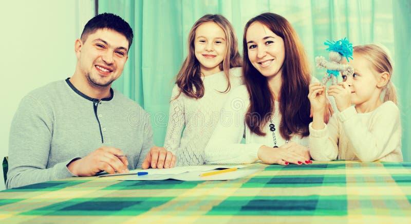 Ouders met kleine kinderen die verzekering en het glimlachen kopen royalty-vrije stock foto's
