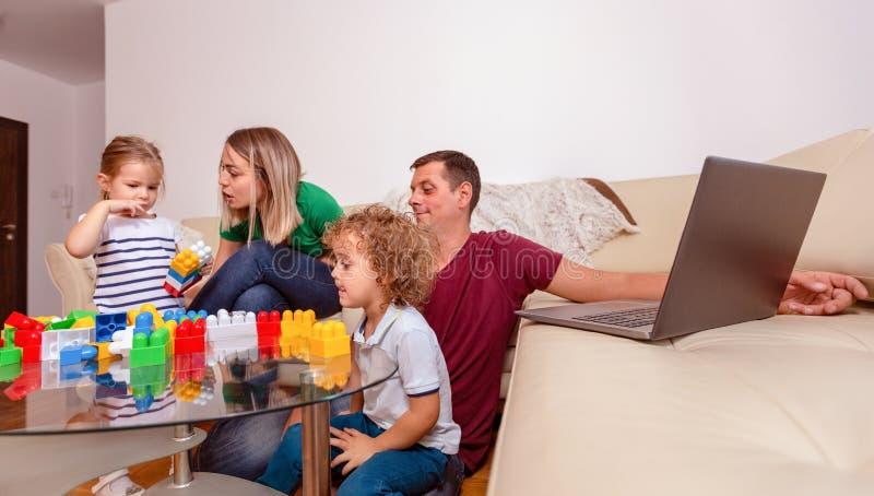 Ouders met pret hebben en kinderen die samen spelen royalty-vrije stock foto