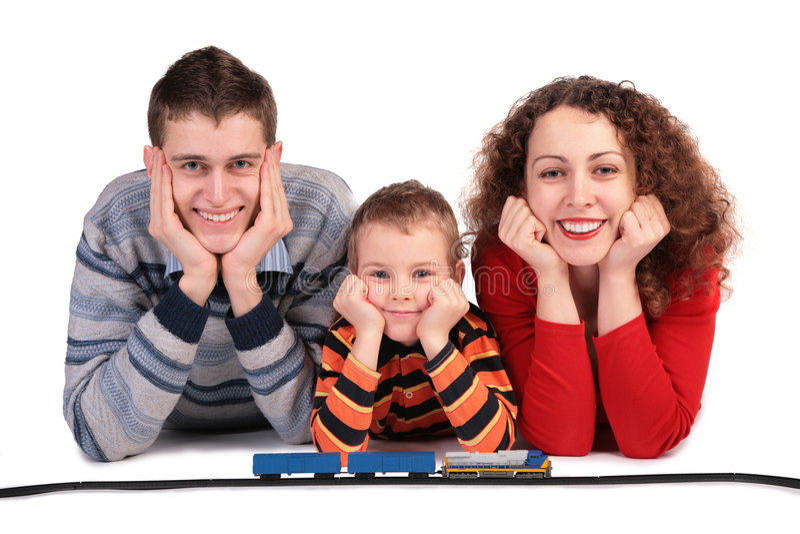 Ouders met zoon en stuk speelgoed spoorweg stock foto