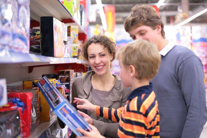 Ouders met zoon in stuk speelgoed `s winkel royalty-vrije stock afbeeldingen