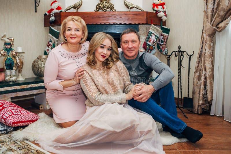 Ouders samen met dochtertiener het stellen voor de camera royalty-vrije stock fotografie