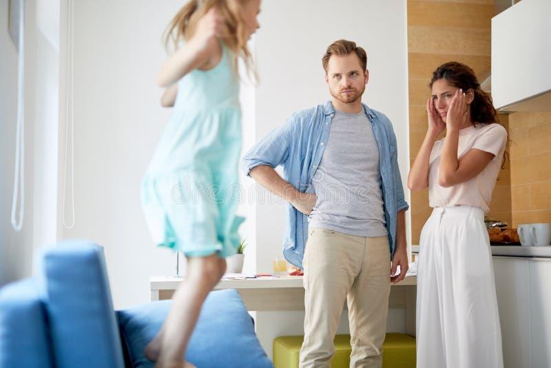Ouders van ongehoorzaam meisje stock afbeeldingen