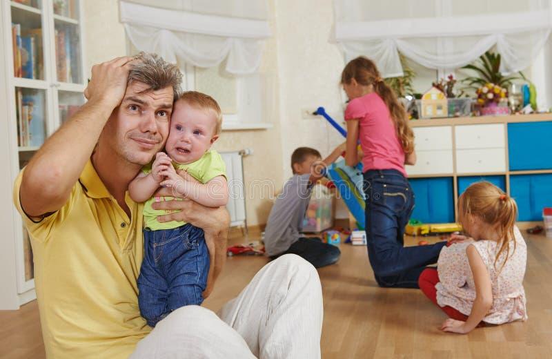 Ouderschap en familiefrustratie stock foto's