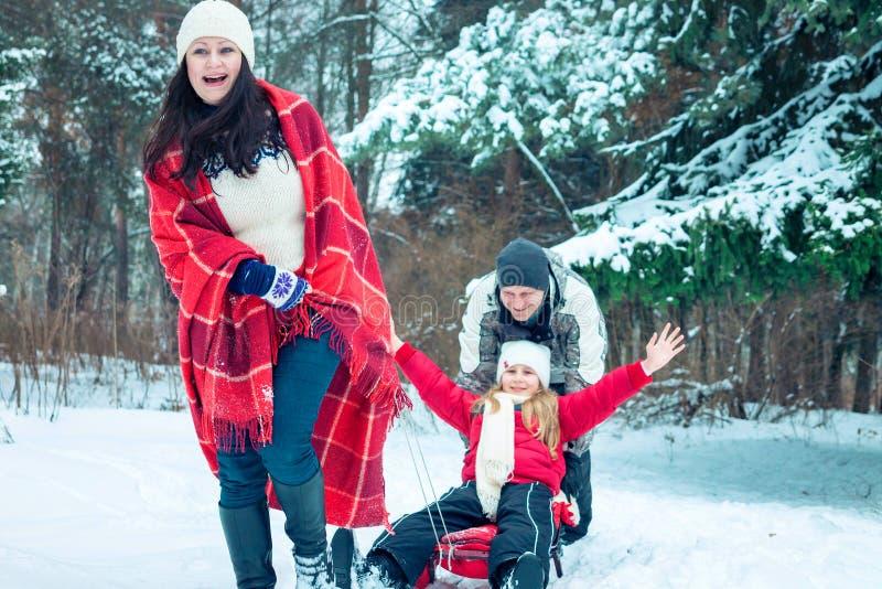 Ouderstrekkracht sleight met haar dochter op het royalty-vrije stock foto