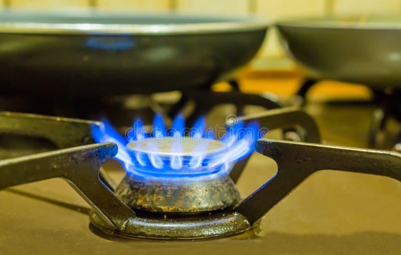Ouderwets aangestoken gaskooktoestel, brandende blauwe vlammen, retro keukenmateriaal royalty-vrije stock foto