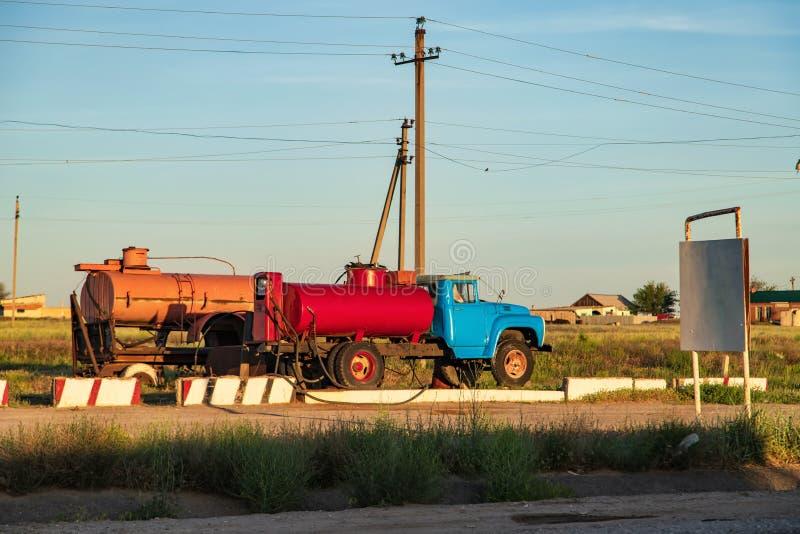 Ouderwets die benzinestation in een ver dorp wordt gevestigd stock foto's