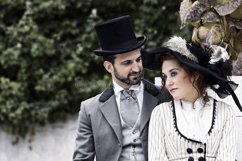 Ouderwets gekleed paar in het park stock fotografie