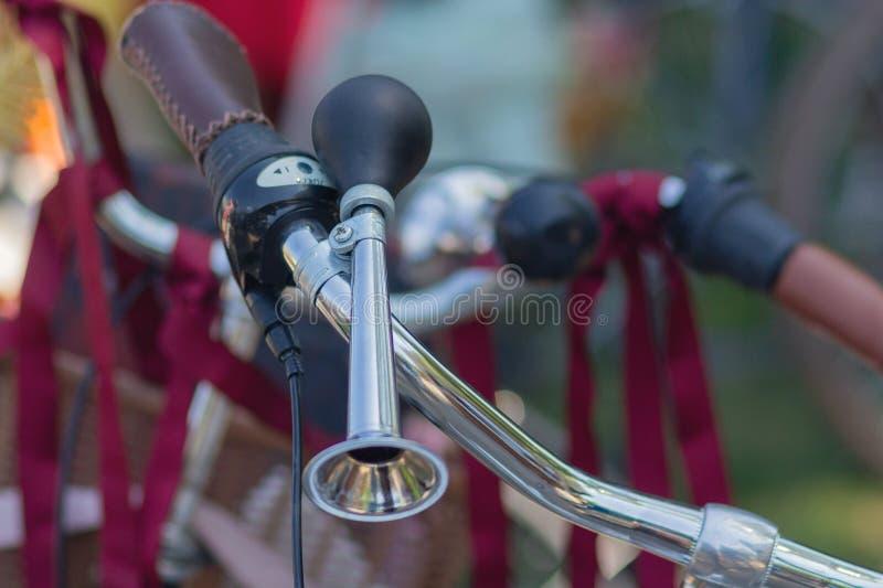 Ouderwets hoornclose-up met chroombuis opgezet op een fiets royalty-vrije stock afbeelding