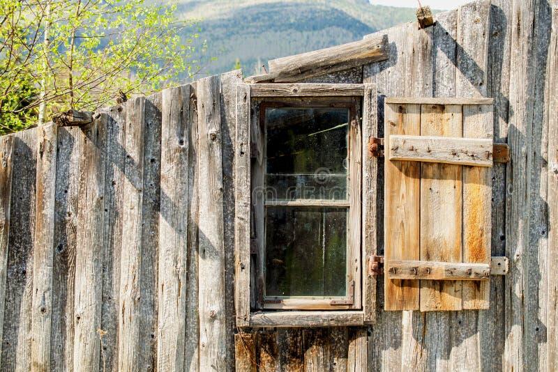 Ouderwets houten vernietigd bijgebouw op de rand van t royalty-vrije stock foto's
