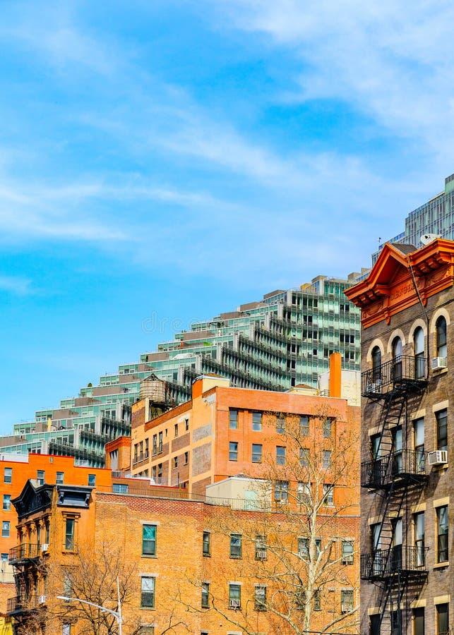Ouderwets met Brandtrapladder bij de bouw van voorgevel en het moderne flatgebouw de Stad in van Manhattan, New York royalty-vrije stock afbeeldingen