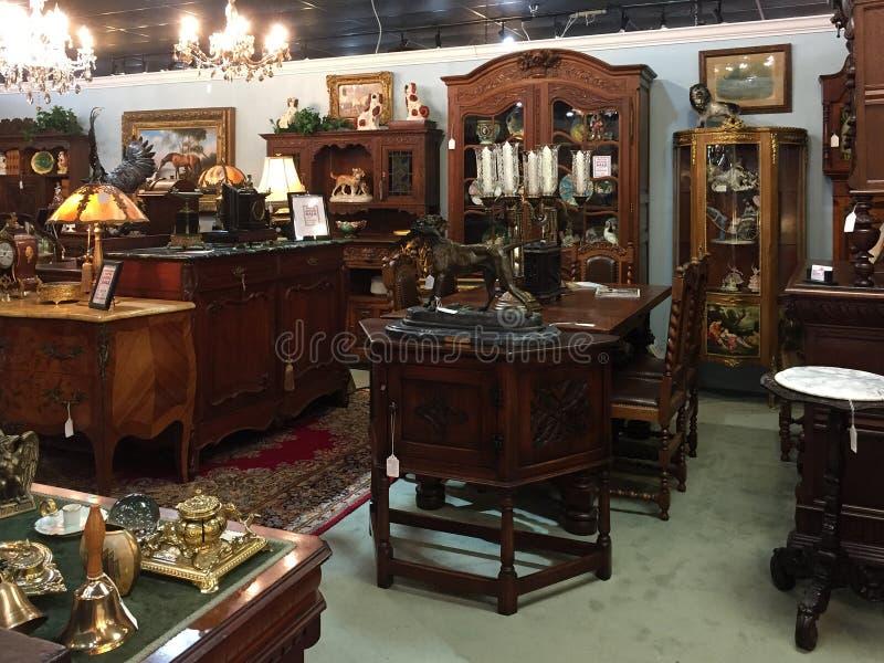 Ouderwets meubilair voor verkoop bij antieke opslag stock fotografie