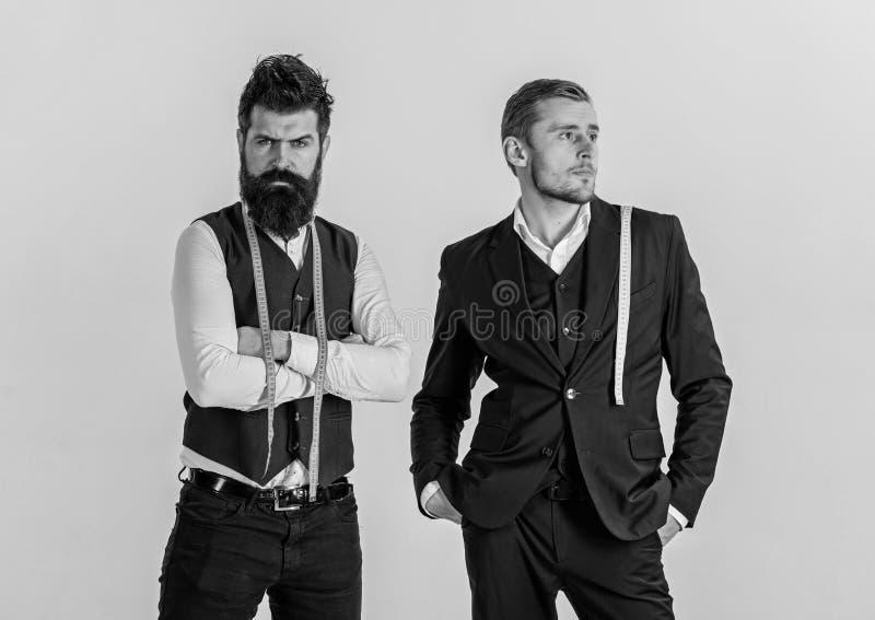 Ouderwets tegen modern concept Mens met baard in vest royalty-vrije stock foto's