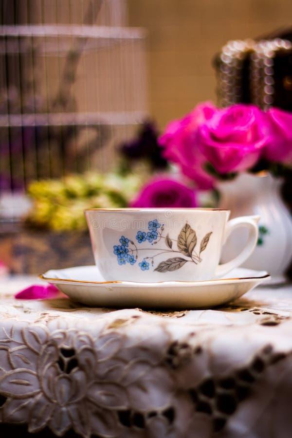 Ouderwets theestel in de tuin royalty-vrije stock foto
