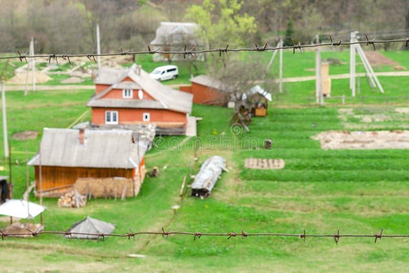 Ouderwetse blokhuizen op de rand van bosfenc stock fotografie