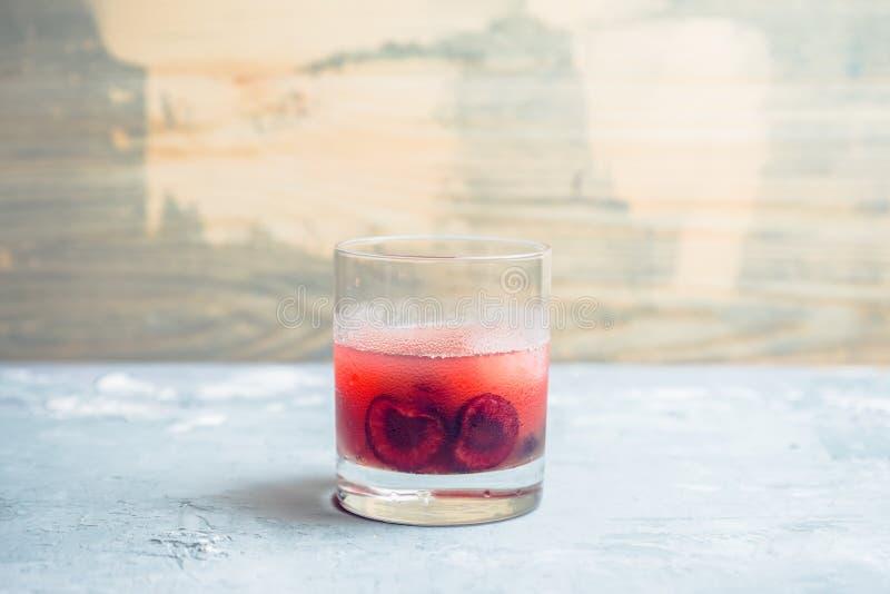 Ouderwetse cocktail met kers royalty-vrije stock fotografie
