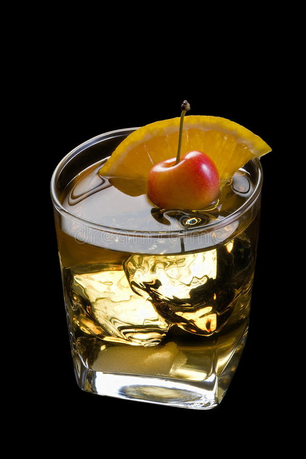 Ouderwetse cocktail op een zwarte achtergrond royalty-vrije stock foto