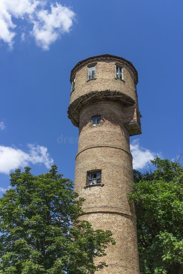 Ouderwetse die watertoren van bakstenen, water-toren, tankhuis, infrastructuur, reservoir wordt gemaakt royalty-vrije stock afbeelding