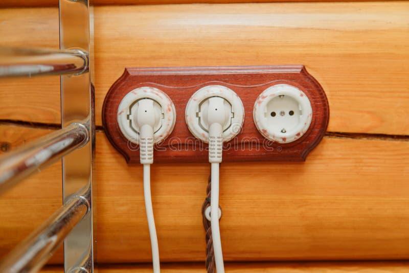 Ouderwetse elektriciteitsschakelaars, contactdoos, elektrische draad binnen op een houten muur stock afbeelding