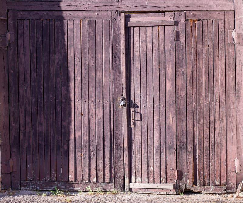 Ouderwetse gesloten deuren stock afbeelding