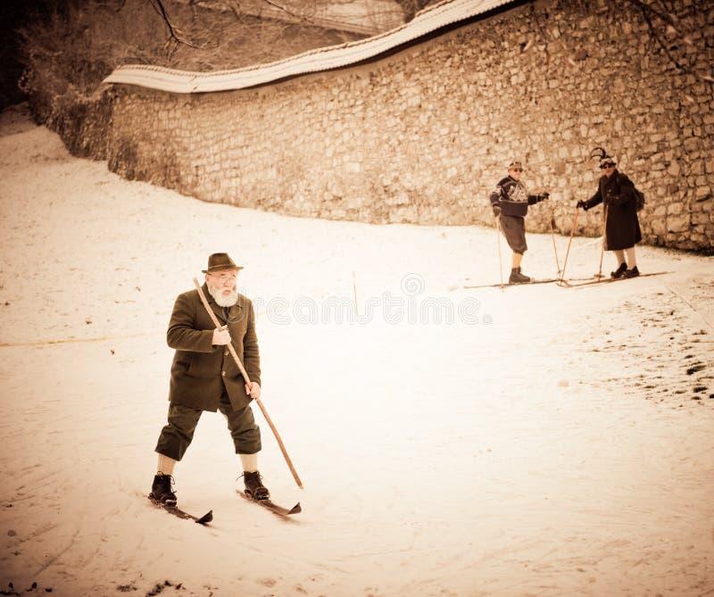 Ouderwetse het skiån prestaties in Slovenië stock afbeeldingen