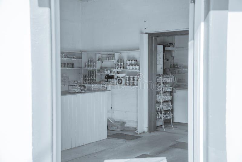 Ouderwetse hoekopslag met kruidenierswinkels op planken royalty-vrije stock afbeeldingen