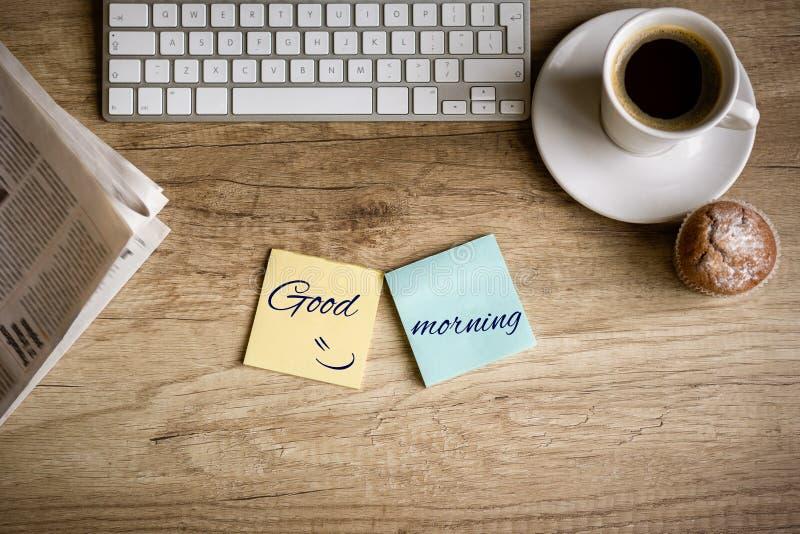 Ouderwetse ochtendscène: antieke schrijfmachine, kop van verse koffie, bedrijfscontract en pen stock fotografie