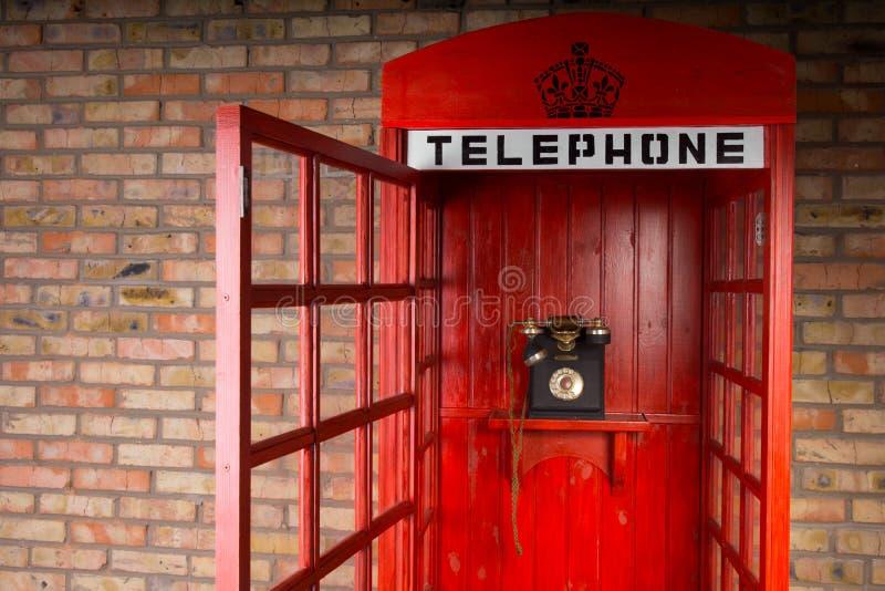 Ouderwetse Rode Telefooncel met Open Deur royalty-vrije stock afbeeldingen