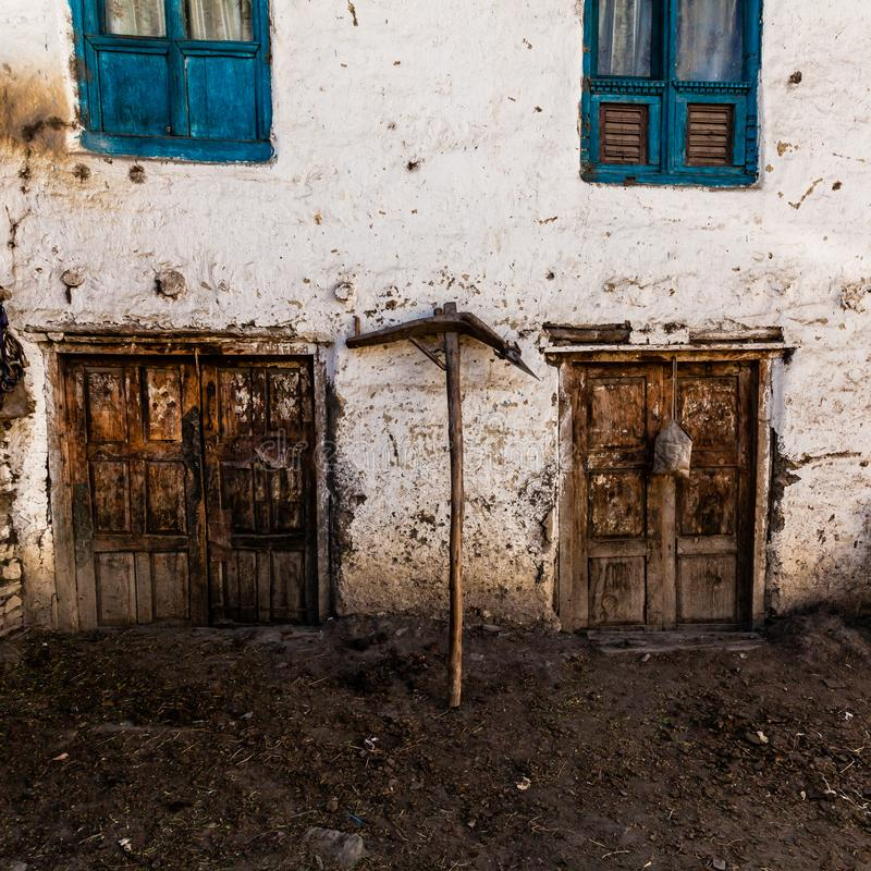 Ouderwetse traditionele vuile houten vensters en deuren in klein bergdorp in Nepal stock fotografie