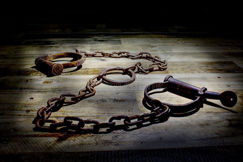 Ouderwetse, uitstekende sluitingen op een rustieke houten achtergrond stock foto