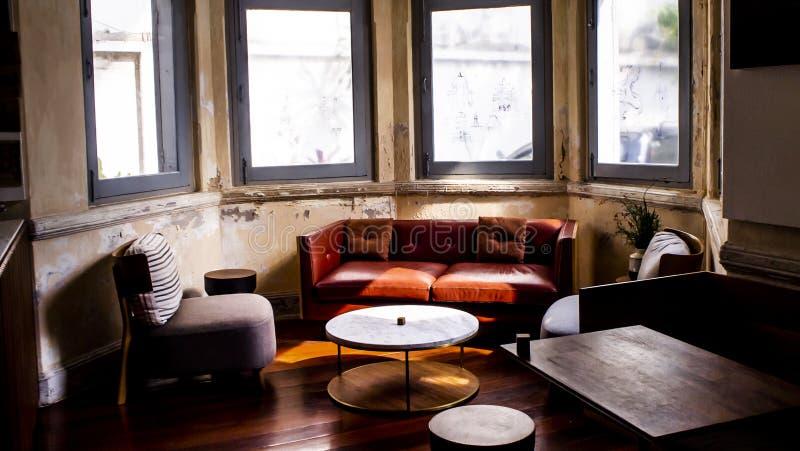 Ouderwetse zittingswoonkamer met antiek meubilair stock afbeeldingen