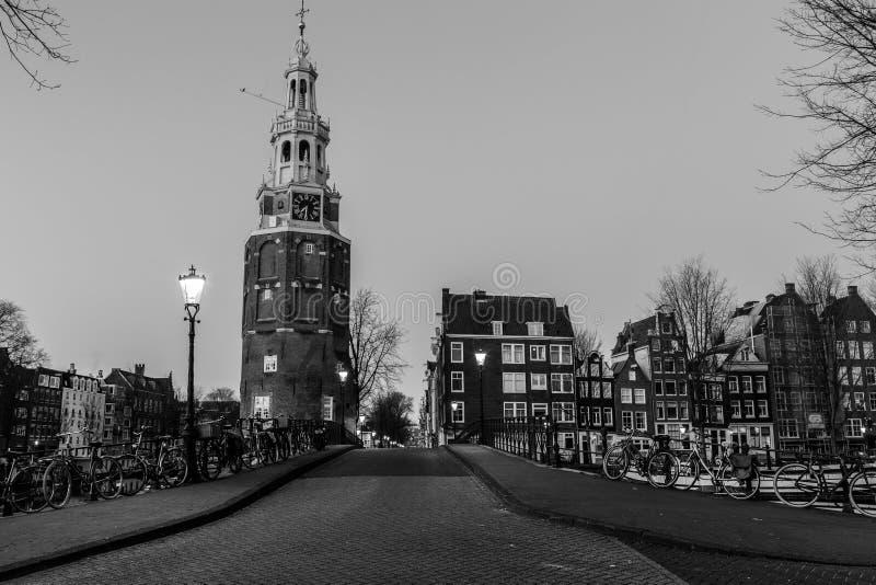 Oudeschans运河和Montelbaanstoren塔在阿姆斯特丹 免版税库存照片