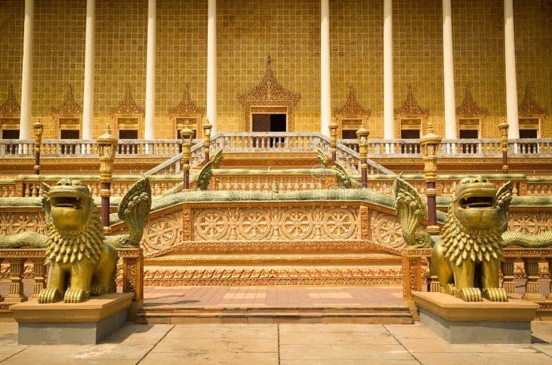 Oudong、Vipassana Dhura佛教中心、台阶和专栏与 库存照片