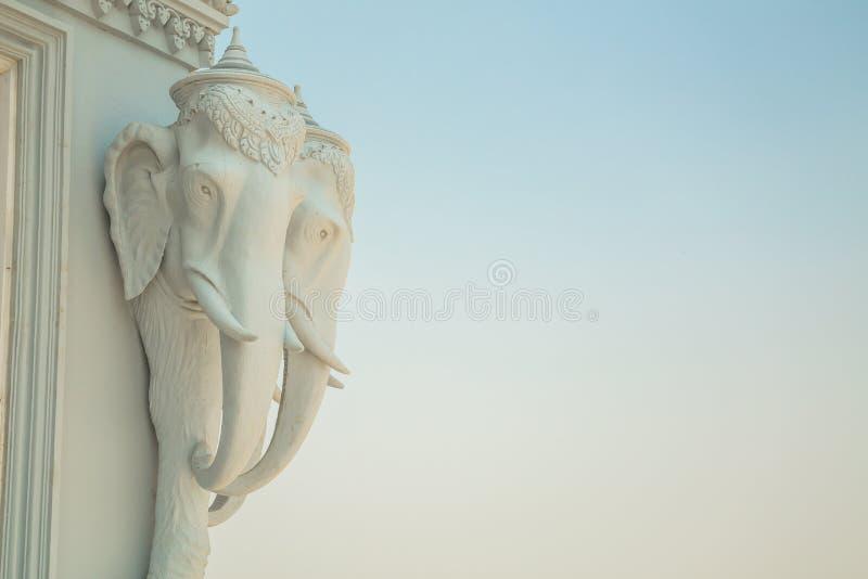 Oudong, o stupa que contém relíquias da Buda, elefantes dirige imagens de stock