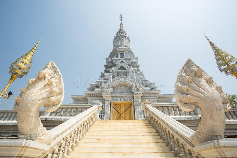 Oudong stupa, som innehåller reliker av Buddha, trappa till guld- D arkivbild