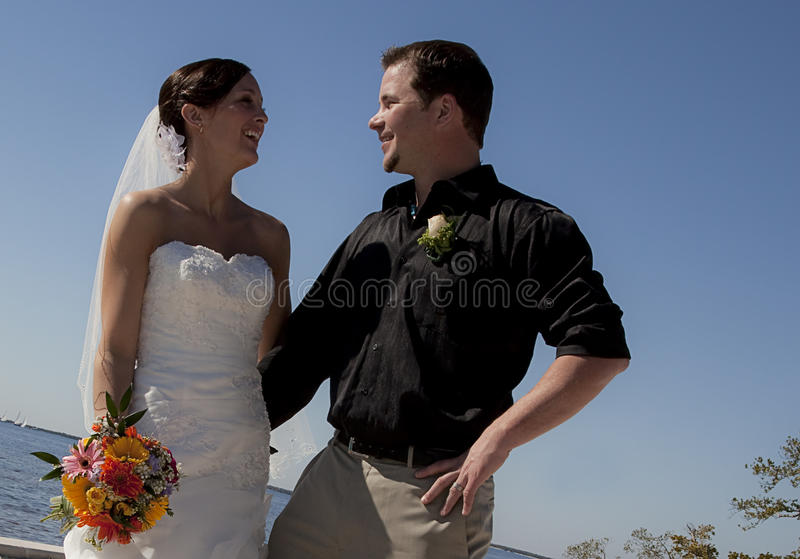Oudoors dos pares do casamento imagem de stock