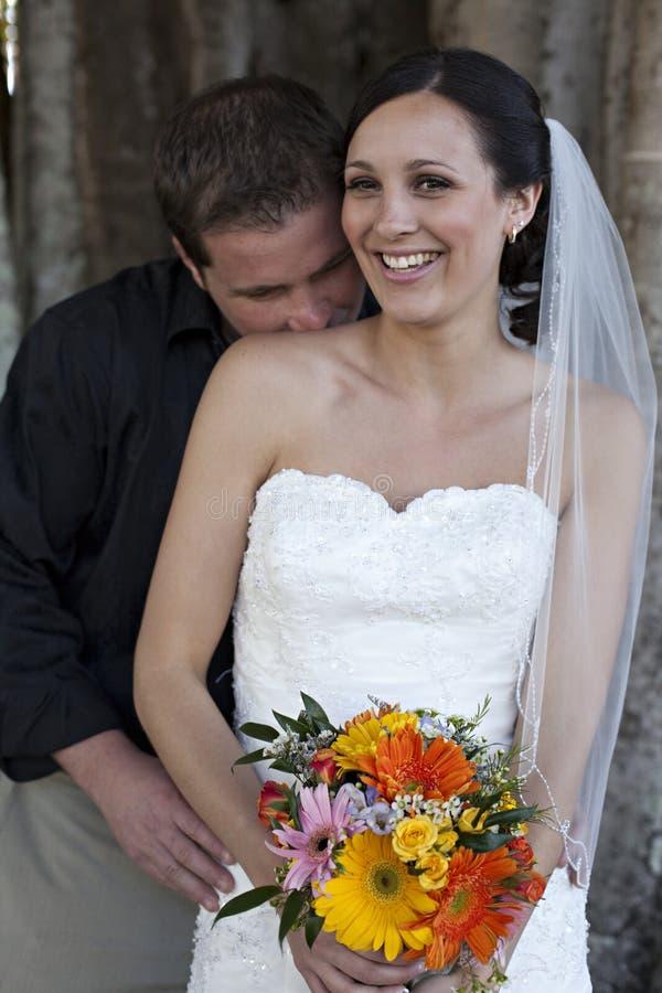 Oudoors dos pares do casamento foto de stock royalty free