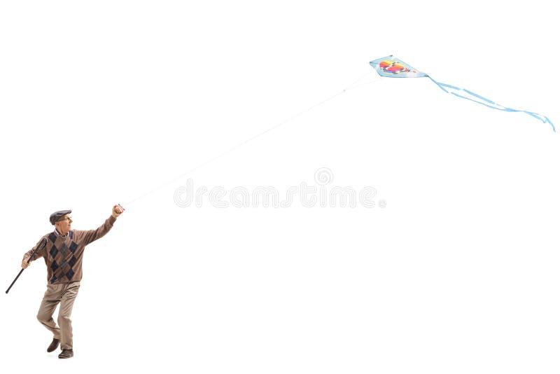 Oudste die een vlieger vliegen stock foto's