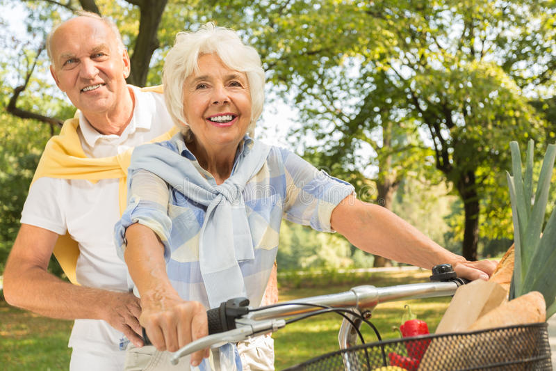 Oudste die fiets achter elkaar berijden stock afbeelding