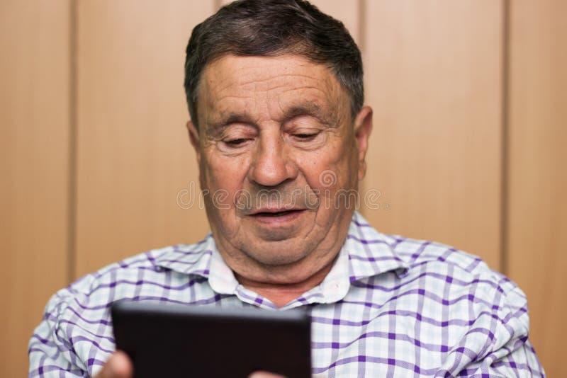 Oudste die moderne digitale tablet gebruiken royalty-vrije stock foto's