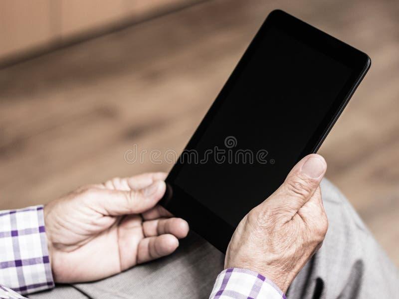 Oudste die moderne digitale tablet gebruiken royalty-vrije stock foto