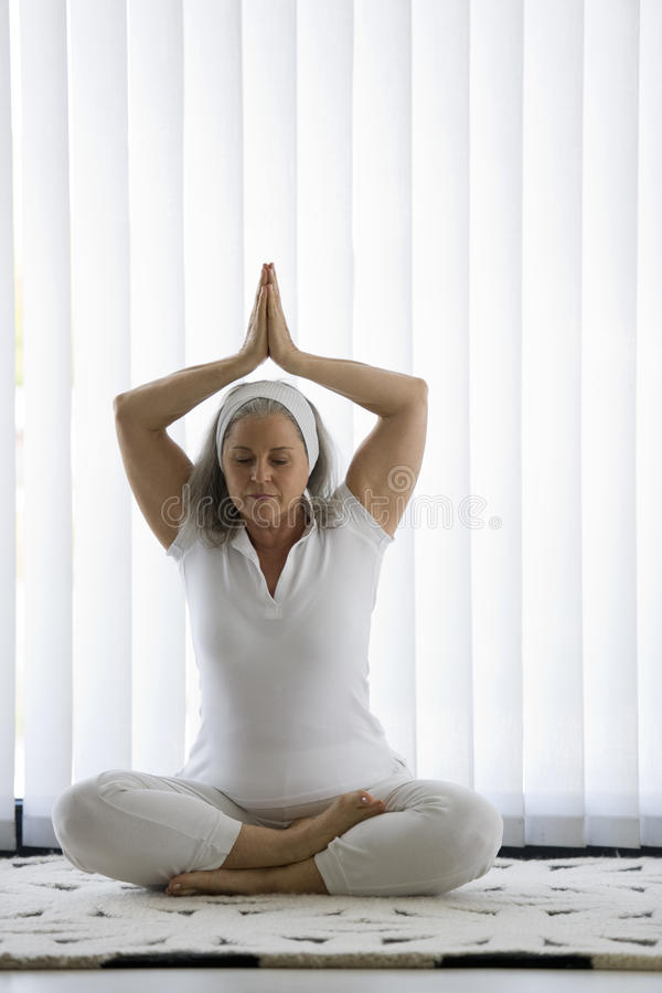 Oudste die yoga doen stock foto